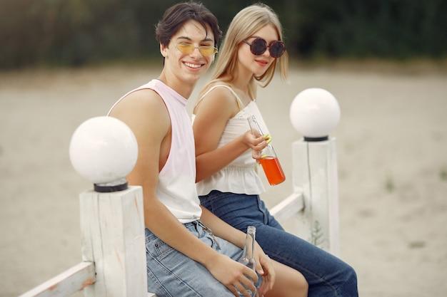 Couple, amusant, plage, boissons