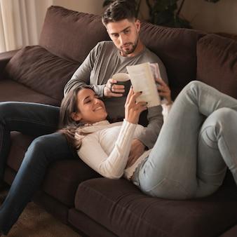 Couple d'angle élevé profiter de temps à la maison
