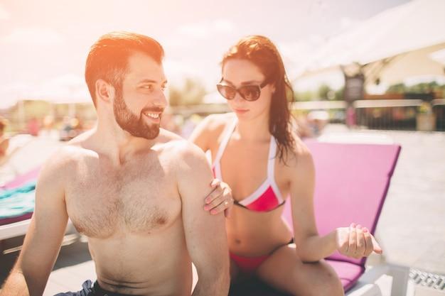 Couple, appliquer la crème solaire