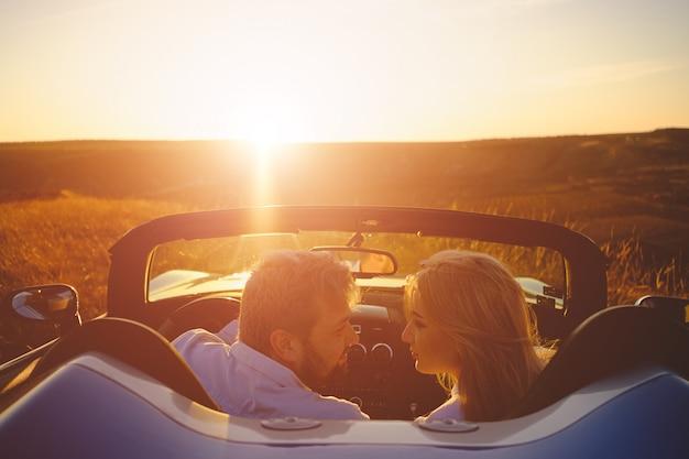 Couple, apprécier, coucher soleil, vacances