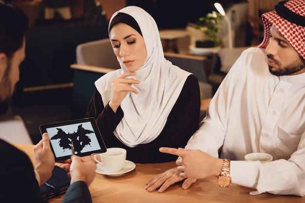 Couple arabe à la réception du thérapeute familial