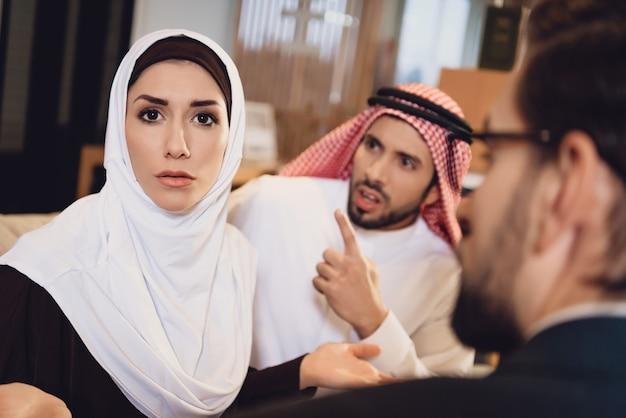 Couple arabe à la réception avec un thérapeute se disputer
