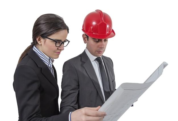 Couple d'architectes révisant les plans d'un projet de maison, isolé sur fond blanc