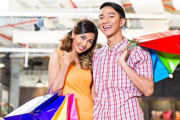 Couple asiatique, achats, dans, magasin mode