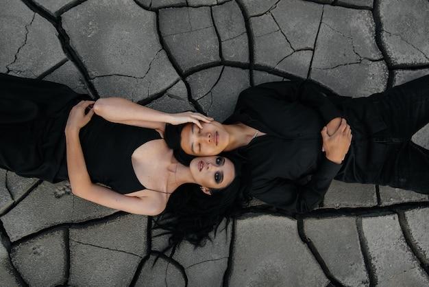 Un couple asiatique amoureux s'embrasse en se couchant sur le sol. arrière-plan