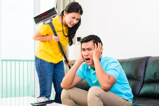Couple asiatique ayant des difficultés relationnelles