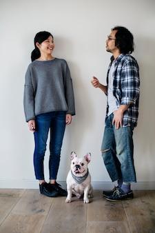 Couple asiatique avec bouledogue français