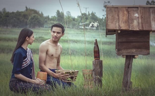 Couple asiatique à la campagne de thaïlande