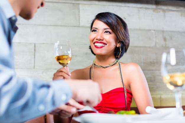 Couple asiatique, cliquetis, verres vin, dans barre