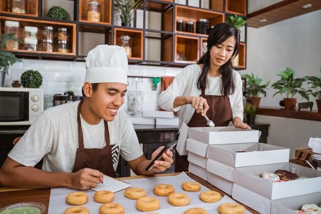 Couple asiatique confiant dans la cuisine