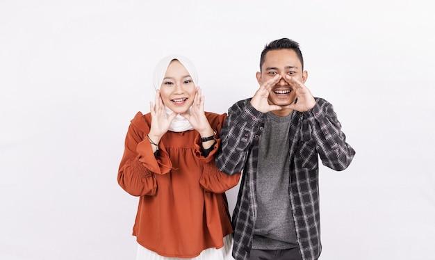 Couple asiatique criant et hurlant espace blanc isolé