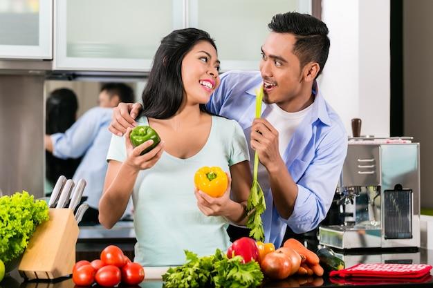 Couple asiatique, cuisine, nourriture, ensemble, dans, cuisine