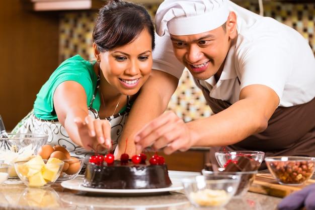 Couple asiatique, cuisson, gâteau chocolat, dans, cuisine