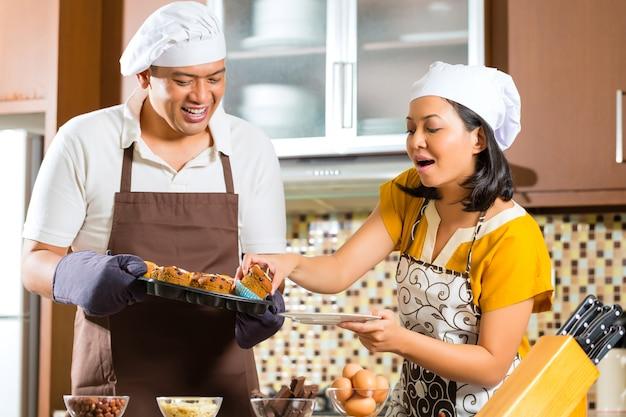 Couple asiatique, cuisson, muffins, dans, cuisine maison