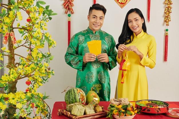 Couple asiatique dans la chambre décorée pour tet