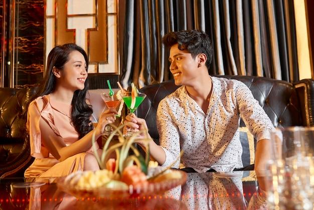 Couple asiatique dans le salon de l'hôtel
