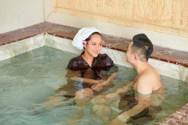 Couple asiatique dans un salon de spa