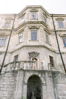 Couple asiatique debout face à face sur le balcon sur le vieux château
