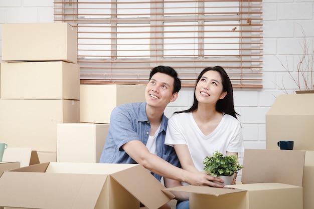 Couple asiatique emménageant dans une nouvelle maison