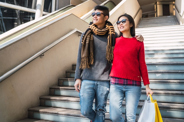 Couple asiatique, faire du shopping dans le centre commercial.