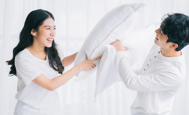 Couple asiatique jouant ensemble dans la chambre