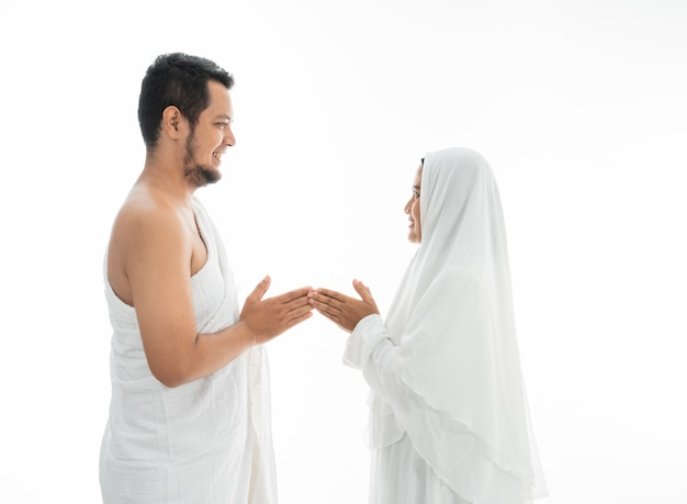 Couple asiatique musulman hajj se serrent la main