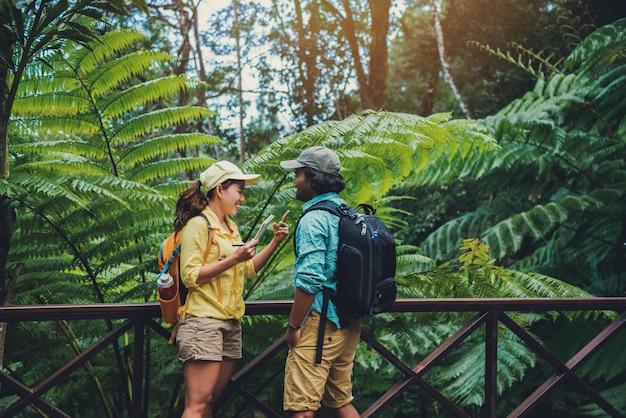 Couple asiatique nature voyage à pied se détendre et étudier la nature dans les forêts.