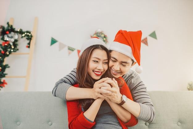 Couple asiatique de noël.happy famille souriante à la maison en train de célébrer. les gens du nouvel an