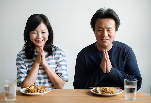 Couple asiatique sur le point de manger des nouilles