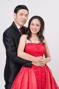Couple asiatique portant robe de soirée et robe