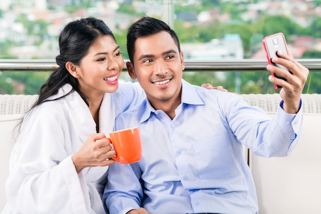 Couple asiatique, prendre, selfie, photo, sur, balcon