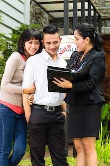 Couple asiatique à la recherche de biens immobiliers