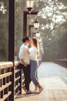 Le couple asiatique regarde les yeux ensemble sur le pont,