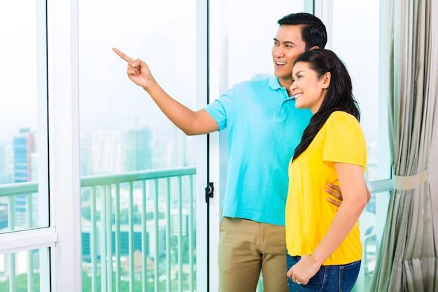 Couple asiatique, regarder dehors, de, fenêtre