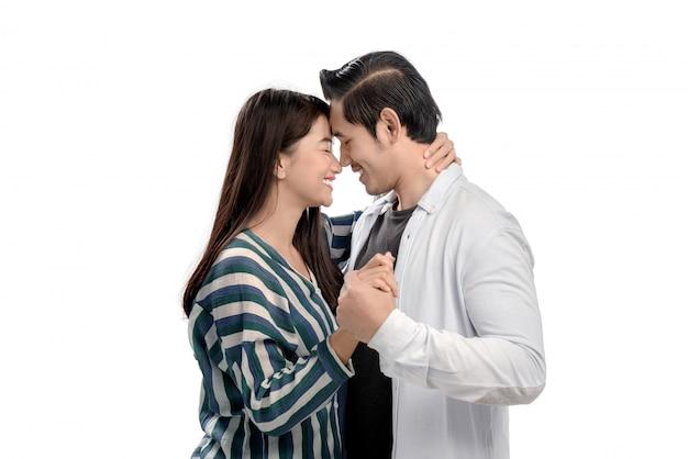 Couple asiatique romantique étreignant et tenant par la main