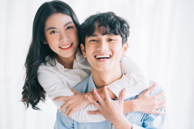 Couple asiatique s'embrassant joyeusement