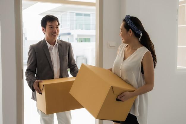 Couple asiatique se déplaçant dans une nouvelle maison