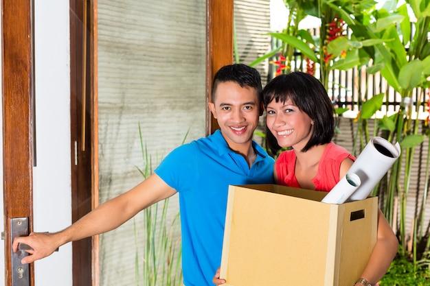 Couple asiatique se déplaçant dans la nouvelle maison