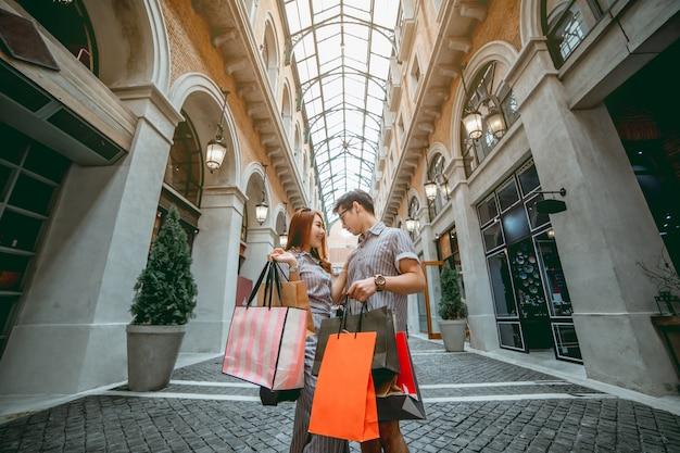 Couple asiatique, shopping heureux en vacances.
