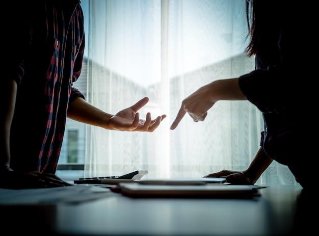 Couple asiatique silhouette se bat par les fenêtres