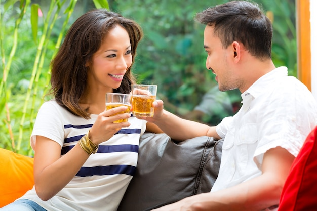 Couple asiatique sur le sofa