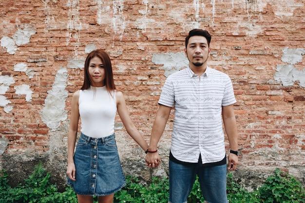 Couple asiatique, tenant mains, ensemble
