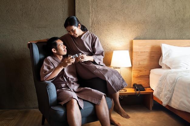 Couple asiatique tinter des lunettes avec amour et bon sentiment. amour et relation