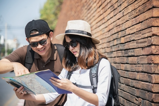 Couple asiatique, touriste, tenue, carte ville