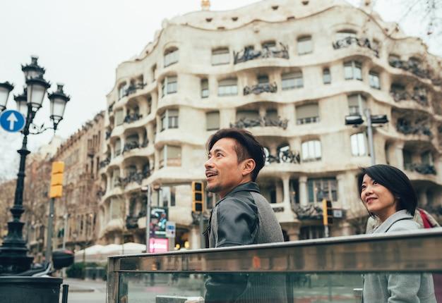 Couple asiatique en vacances à barcelone