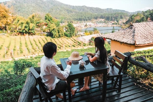 Couple asiatique voyage à lee wine rak thai, règlement chinois, mae hong son, thaïlande