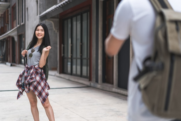 Un couple asiatique de voyageurs voyage à beijing, en chine