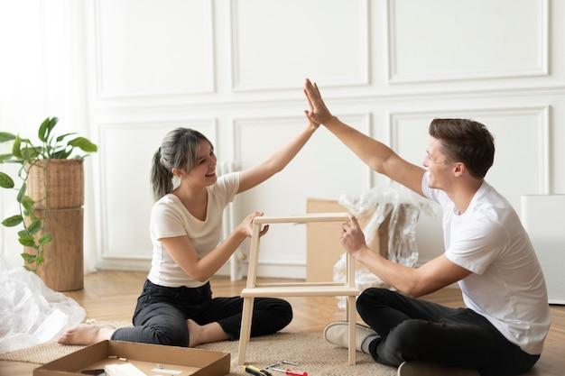 Couple assemblant une chaise de bricolage à partir de zéro