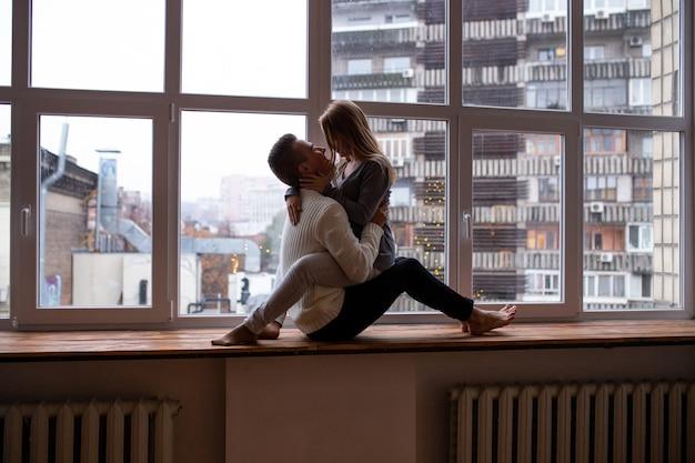 Couple, assied, fenêtre, chambre