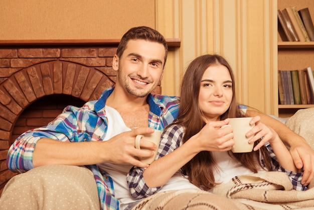 Couple assis sur un canapé avec café